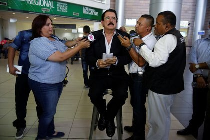 Imagen de archivo. El expresidente hondureño Manuel Zelaya es entrevistado por periodistas a su llegada al Aeropuerto Internacional de Toncontín, en Tegucigalpa, Honduras. 13 de marzo 2018. REUTERS/Jorge Cabrera
