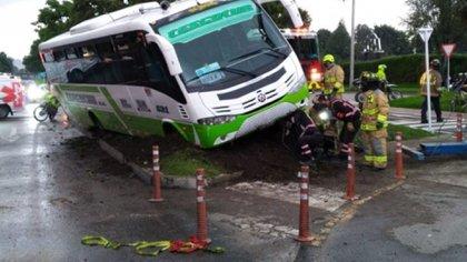 Cuerpo de bomberos y comunidad ayudó durante el desalojo de los pasajeros para evitar el volcamiento del bus / (La FM).