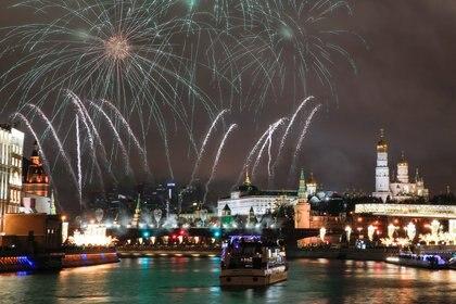 Fuegos artificiales iluminaron el Kremlin y la Plaza Roja en Moscú, Rusia (REUTERS/Maxim Shemetov)