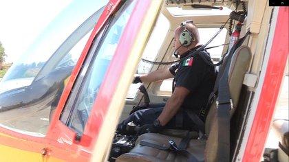 Ya lleva 16 años pilotando el helicóptero de la policía, que se ha convertido en parte de su vida, pero cuando Castro, policía de formación, llegó a esta unidad, no sabía conducir una aeronave. (Foto: EFE)