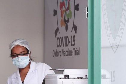 Una empleada trabaja en el Centro de Referencia para Inmunobiológicos Especiales (CRIE) de la Universidad Federal de Sao Paulo, donde se realizan los ensayos de la vacuna contra el coronavirus de la Universidad de Oxford-AstraZeneca (Reuters)