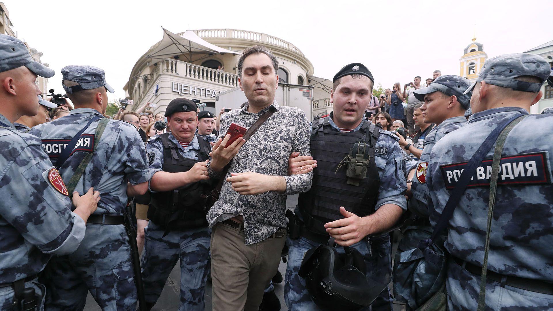 Miembros de la Guardia Nacional de Rusia detienen a un hombre(Reuters)