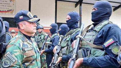 El jefe del Ceofanb, Remigio Ceballos, frente a Comandos de la FANB