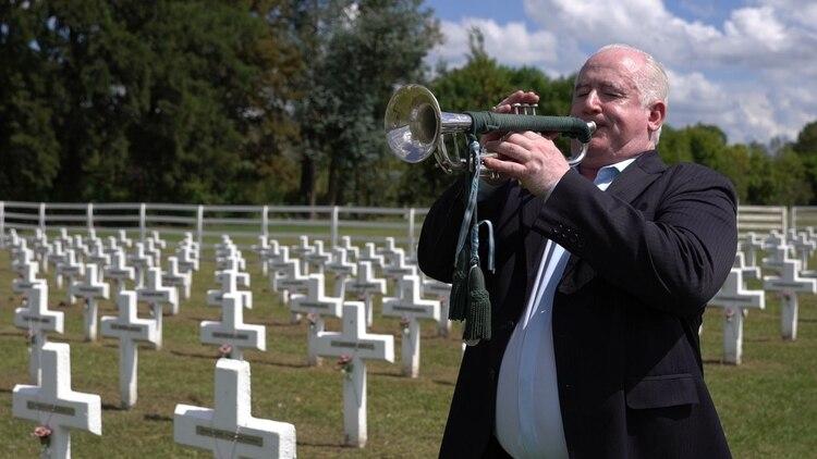 Omar Tabárez, tocando su trompeta en el cementerio de Darwin