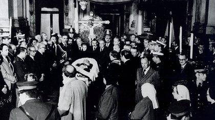 El cuerpo de Juan Domingo Perón rodeado por Isabel Martínez, José López Rega Italo Luder y los ministros y autoridades de su gobierno en el Congreso de la Nación