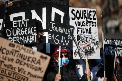 Varios manifestantes portan pancartas y pósters durante una marcha contra un proyecto de ley de seguridad nacional que diversos grupos activistas consideran que criminalizarán la publicación de la cara de agentes de policía, vulnerando la libertad de prensa, en la Plaza de la República de París, Francia, el 28 de noviembre de 2020. REUTERS/Benoit Tessier