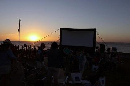 Una vez que cayó el sol comenzaron las proyecciones. Primero el corto uruguayo  Kini, después el largo coreano Parasite. Fotos: M Souto.