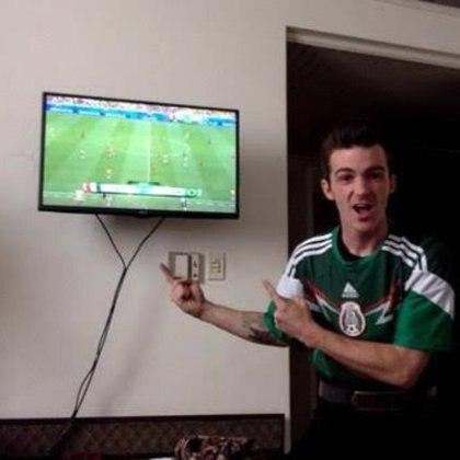 Entre las múltiples demostraciones de amor hacia México, Drake posó usando la camiseta de la Selección Mexicana de Fútbol (Foto: Twitter)