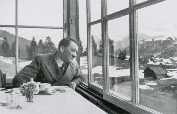 Hitler en un rara foto doméstica almorzando en los Alpes (Heinrich Hoffmann/The LIFE Picture Collection/Getty Images)