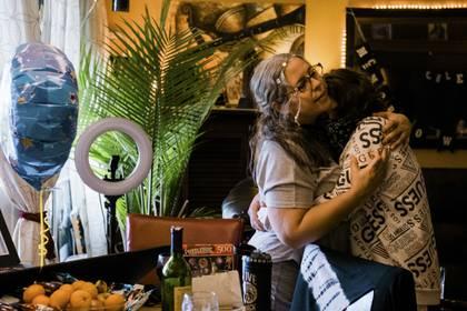 Doris Stroman sostiene a su hijo Jack McMorrow, de 14 años, en su vivienda de Queens (Gabriela Bhaskar/The New York Times)