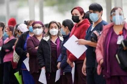 Trabajadores sanitarios alineados para recibir la primera dosis de la vacuna de Pfizer-BioNTech contra el COVID-19 en el Hospital Regional Militar de Especializaciones en San Nicolas de los Garza, en las afueras de Monterrey, México (REUTERS/Daniel Becerril)