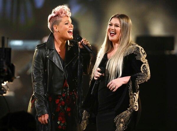 """Pink y Kelly Clarckson cantan """"Everybody Hurts"""" durante la ceremonia de los AMA's (Matt Sayles/Invision/AP)"""