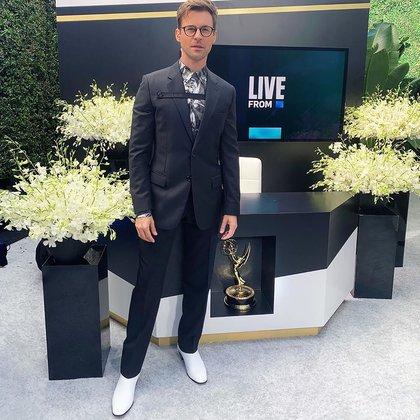 Brad Goreski, uno de los conductores de la alfombra roja luciendo un traje negro de Dior, con camisa estampada y zapatos blancos por Christian Louboutin (Instagram)