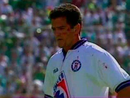 Carlos Hermosillo fue el encargado de darle la victoria a Cruz Azul en el Invierno de 1997 (Foto: Captura de pantalla TV Azteca)