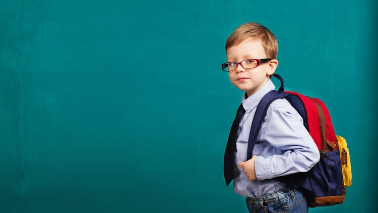 Cómo deben llevar la mochila los más chicos en la vuelta al cole 2020 (Shutterstock)