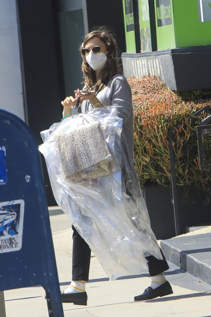 Lily Collins pasó por la tintorería mientras hacía unos recados en West Hollywood. Se la vio con las prendas en la mano, lentes de sol y tapabocas (Fotos: The Grosby Group)