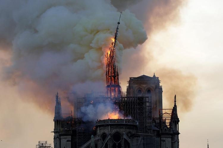La aguja de la Catedral de Notre Dame, en el momento en el que se desmorona a causa de las llamas (Foto: Geoffroy VAN DER HASSELT / AFP)