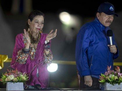 Daniel Ortega junto a su esposa y vicepresidente Rosario Murillo, la pareja que se aferra a un poder cada vez más auroritario en Nicaragua. (EFE)