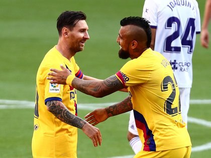 Soccer Football - La Liga Santander - Real Valladolid v FC Barcelona - Estadio Jose Zorrilla, Valladolid, Spain - July 11, 2020   Barcelona's Arturo Vidal celebrates scoring their first goal with Lionel Messi, as play resumes behind closed doors following the outbreak of the coronavirus disease (COVID-19)   REUTERS/Sergio Perez