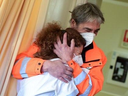 La enfermera Elena Betti, emocionada tras vacunarse en el hospital Careggi de Florencia, Italia