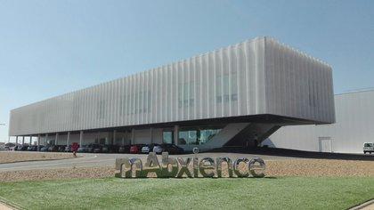 """El laboratorio mAbxience fue elegido para producir la """"materia prima"""" de la vacuna en la Argentina."""