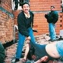 Hugo Aguilar junto al cuerpo de Pablo Escobar