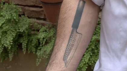 La cocina japonesa logró fascinarlo desde el comienzo por ladelicadeza y simpleza que la caracterizan, incluso en uno de sus antebrazos tiene tatuado un cuchillo japonés