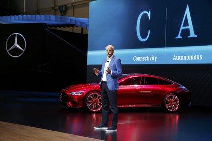 El Mercedes-AMG GT Concept es una berlina de cuatro puertas con profunda estética deportiva. Un adelanto de lo que la sociedad de las altas prestaciones Mercedes-AMG tiene pensado para el futuro. Pura eficiencia y dinamismo (REUTERS)