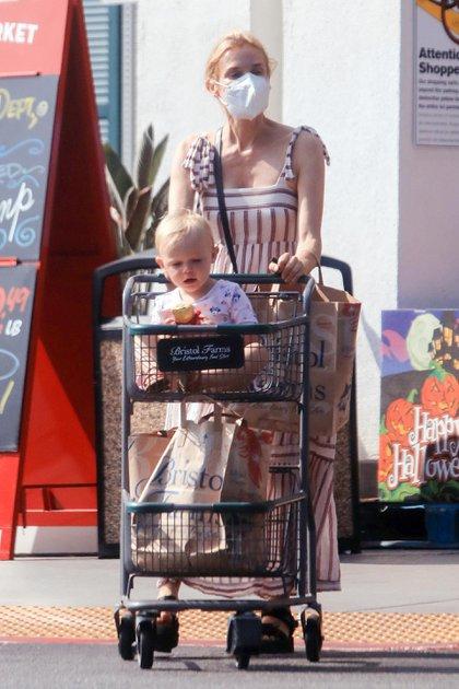 """Durante un paseo de compras al supermercado en Los Ángeles, la actriz Diane Kruger marcó tendencia con su look: un vestido largo a rayas azules y rojas, una cartera negra y unas sandalias del mismo color. La modelo alemana, además, estuvo acompañada de su hija, fruto de su relación con Norman Reedus, actor de """"The Walking"""""""