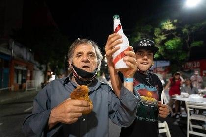 Pan dulce y una bebida para brindar. Grandes y chicos tuvieron la posibilidad de festejar las fiestas (Foto: Franco Fafasuli)