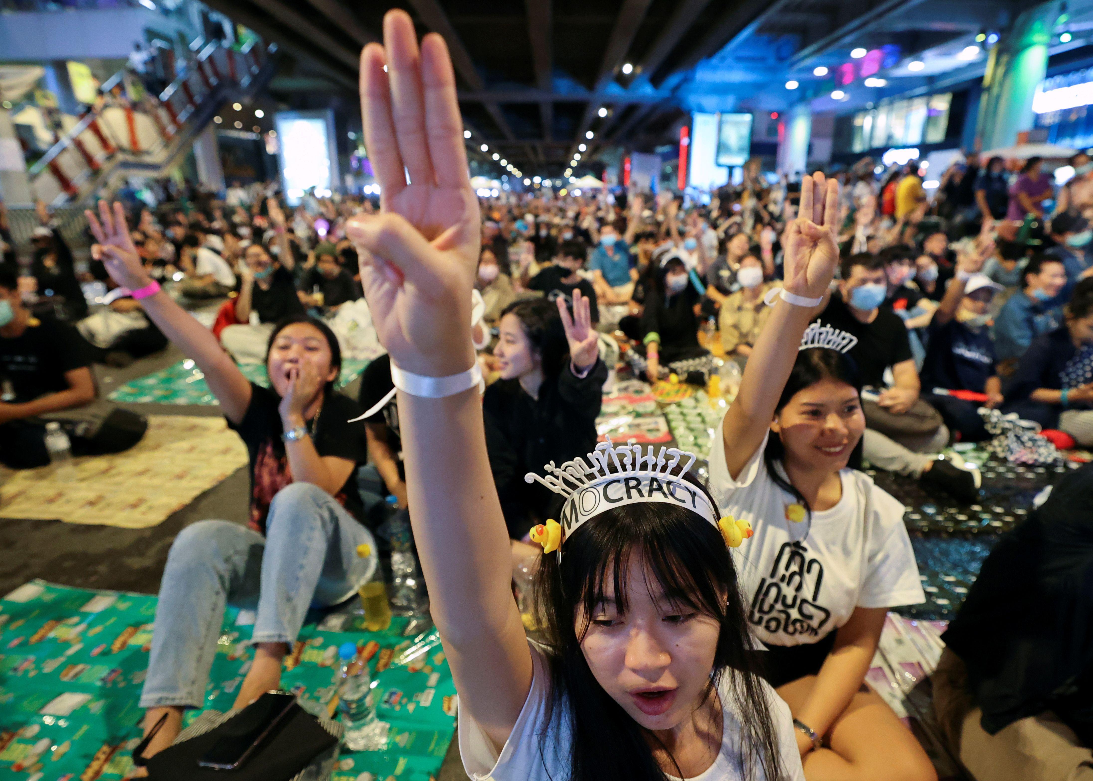 Los manifestantes a favor de la democracia muestran el saludo de tres dedos durante una manifestación a favor de la democracia que exige la renuncia del primer ministro de Tailandia, Prayut Chan-o-cha, y reformas a la monarquía en Bangkok, Tailandia, el 21 de noviembre de 2020. (REUTERS / Chalinee Thirasupa)