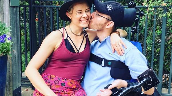 A pesar de los intentos de Brett de dejar a su novia, ella siempre estuvo a su lado ( Facebook Meg Alexander)