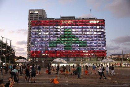 El edificio de la municipalidad de Tel Aviv, en Israel, se iluminó con los colores de la bandera libanesa. Israel, que no tiene relaciones diplomáticas con Líbano, se ha sumado a la lista de países que ofrecieron ayuda humanitaria a este país tras la explosión del martes. Foto: EFE/EPA/ABIR SULTAN
