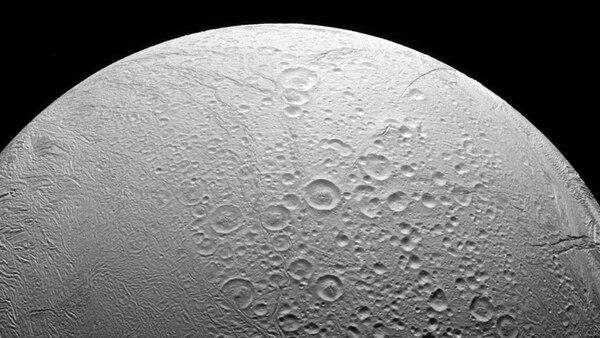 Encelado, la luna de Saturno donde fluye el agua (Reuters)