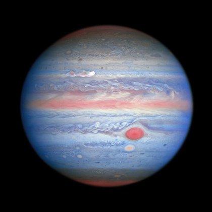 Júpiter se luce ante la cámara de la sonda Juno de la NASA