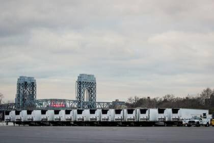 Los 45 camiones frigoríficos que compró el gobierno neoyorquino (Foto: Reuteres)