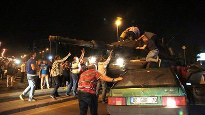 Un grupo de ciudadanos detiene a un tanque durante el intento de golpe militar en Turquía en 2016. (AP)