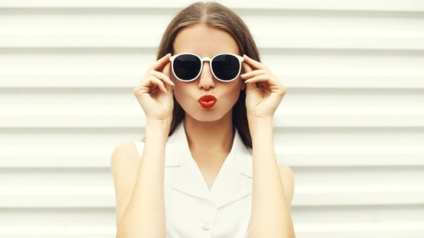 Además de poseer un filtro de color pueden asociarse con la graduación de lentes que la persona usa normalmente (Getty)