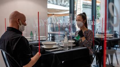 Las mamparas de acrílico podrán separar mesas o comensales, que aún así deberán utilizar el tapabocas en todo momento, salvo para comer (Shutterstock)
