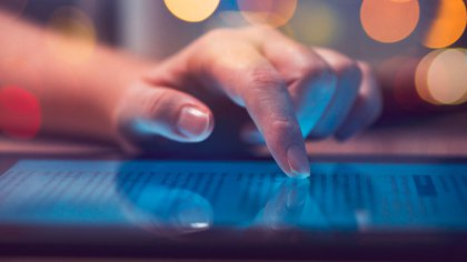 El contar con fuentes de información fidedignas, forma parte de los buenos hábitos que la gente pueden formarse a fin de reducir sus índices de ansiedad y sobreactuación frente al COVID-19 (Foto: Vía Shutterstock)