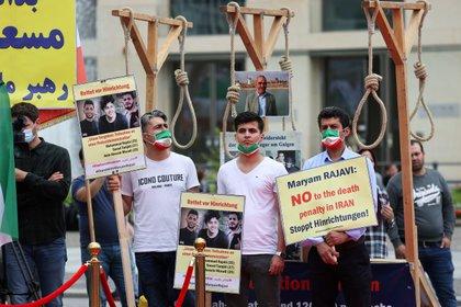 Simpatizantes del líder opostor iraní Maryam Rajavi y miembros del Comité de Asuntos Exteriores del Consejo Nacional de Resistencia de Irán durante una protesta contra la pena de muerte en Berlín (REUTERS/Fabrizio Bensch)