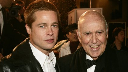 Brad Pitt y Carl Reiner posan en el estreno de la película Ocean's Twelve, el 8 de diciembre de 2004. La película -parte de una saga de otras dos- dirigida por Steven Soderbergh y producida por Jerry Weintraubm fue todo un éxito (Reuters)