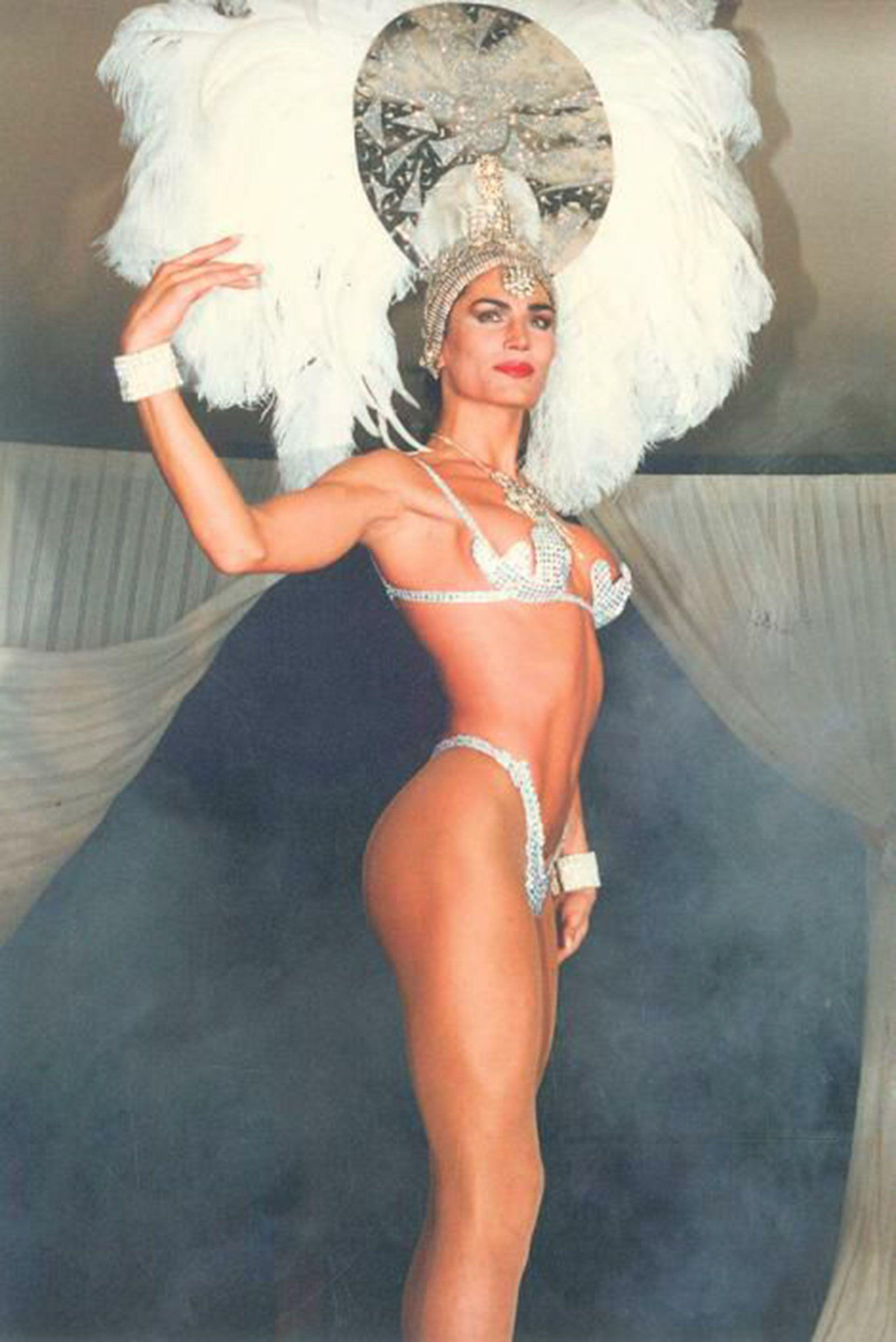 Con su imponente figura y una sensualidad desplegó sus primeras armas artísticas protagonizando shows musicales