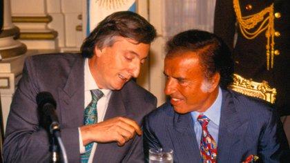 Carlos Menem junto a Néstor Kirchner, quien asumió la presidencia en 2003, luego de que el riojano se bajara del ballotage