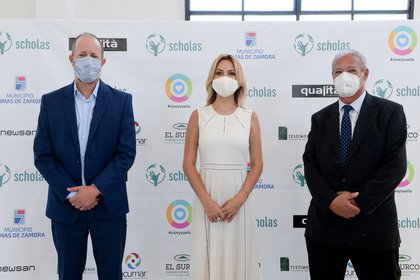 Fabiola Yáñez, junto al intendente de Lomas de Zamora y al director mundial de Scholas Occurrentes