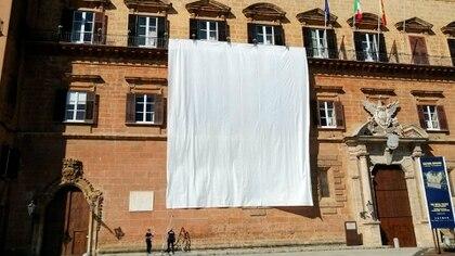 Sábanas blancas en los balcones de los edificios del Palacio de los Normandos, también llamado Palacio Real, sede de la asamblea regional siciliana, con motivo del 28º aniversario de la masacre de los Capaci, en Palermo (Italia), 23 de mayo de 2020 (EFE/EPA/Roberto Ginex)