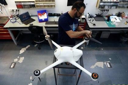 Los científicos de EAU podrán beneficiarse de la rica base de investigaciones que ya posee Israel y de su contacto con las firmas comerciales de tecnología, como Airobotics, desarrolladora de  drones. (REUTERS/Ammar Awad)