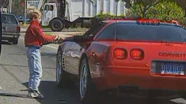 MJ en un Chevrolet Corvette C5, en la serie The Last Dance.