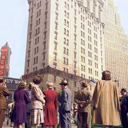 En Nueva York, las personas se acercan a conocer las últimas noticias del Desembarco de Normandía