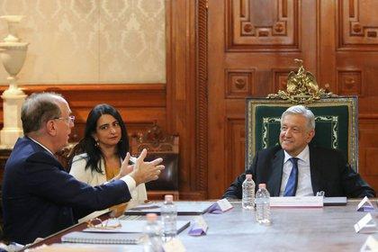 Fink, traductora de por medio, en una reciente entrevista con el presidente mexicano, Andrés Manuel López Obrador. El fundador de Blackrock dice que, después de Nueva York, la capital mexicana es su ciudad favorita